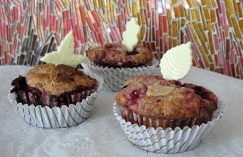muffinki-z-biala-czekolada-i-malinami